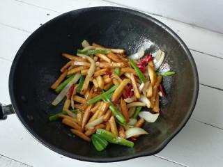 干煸土豆条,下入土豆条,生抽酱油,盐,快速煸炒均匀