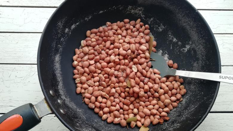 盐炒花生米,将花生米炒至香味越来越浓,颜色也变深时,花生米皮裂开时,到9分熟的程度,关火,不要炒十分熟,因为花生米炒好后还有一段发热过程,炒十分熟在盛出来,就会过火