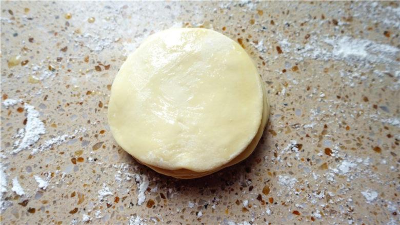 春饼,把擀好的面片叠罗汉一样叠在一起,每层涂食用油,要全部涂均匀,我叠了八片。