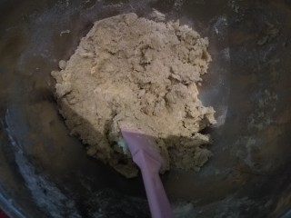 茉莉花茶曲奇 清新解郁,在打发的黄油鸡蛋液和面粉茶粉中加入牛奶绿茶液,切拌均匀
