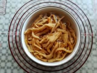 萝卜干炒腊肠,萝卜干泡水后清洗干净