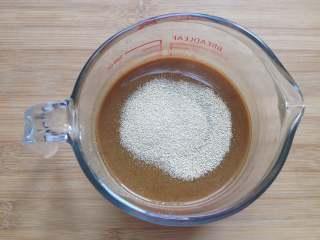 红糖馒头,待红糖水的温度降至38度时(也就是与体温差不多),倒入酵母