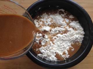 红糖馒头,把红糖酵母水倒进面粉里