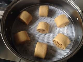 红糖馒头,锅中倒入水,笼屉上放上不粘垫(没有可以刷层油),把切好的馒头生坯放在上面,盖上盖子醒20-30分钟(根据气温来决定,如果气温高,就要相对缩短醒发时间),待发起来后大火烧开蒸15分钟关火,再焖5分钟才能揭盖