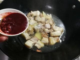 甜糯冰糖生抽腐乳中方肉,放入压碎腐乳和汁