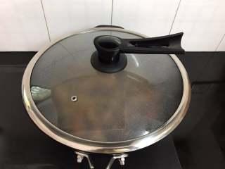 黄焖香菇,炖煮至食材变软入味。