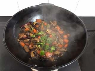 黄焖香菇,最后放入青椒翻炒均匀稍煮后即可出锅。