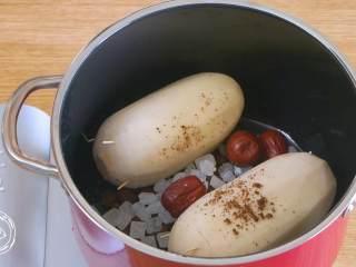 糯米莲藕12m+(宝宝辅食),接着,莲藕下锅,放入红糖、冰糖、红枣和枸杞~