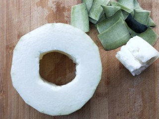 蒸蒸日上鲜美虾仁蒸冬瓜,给冬瓜去皮去囊去籽,留圆形○,洗净一下。