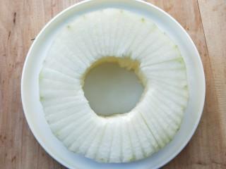 蒸蒸日上鲜美虾仁蒸冬瓜,放盘中,如图。