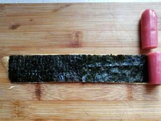 年夜菜~锦绣苔味香肠卷,然后把台味香肠切成与海苔同宽的小段,摆在海苔上