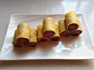 年夜菜~锦绣苔味香肠卷,依次做完所有海苔卷摆入盘中,放入蒸锅蒸15~20分钟即好