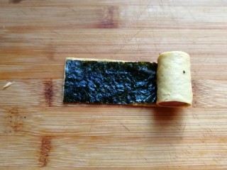 年夜菜~锦绣苔味香肠卷,再把它轻轻卷起来,要卷紧哦