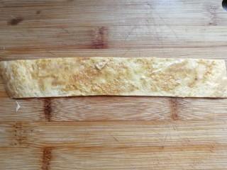 年夜菜~锦绣苔味香肠卷,取一条鸡蛋饼先抹上少许生蛋液(无需再打鸡蛋液,摊饼时碗上的残留蛋液就够用哈)