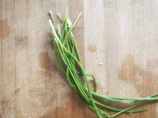 蒸蒸日上鲜美虾仁蒸冬瓜,蒸的同时准备葱,洗净,切葱花备用。