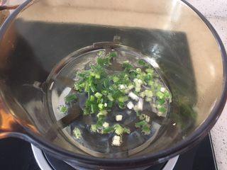 中式點心:千層酥,鍋里熱油,蔥段入鍋炸香;