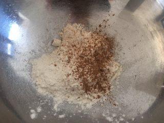 中式点心:千层酥,面粉、盐、五香粉放入一个料理盆,搅拌均匀;