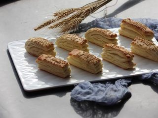中式點心:千層酥,剛出爐的時候非常香脆。隔天以后可以回爐再烤一下。