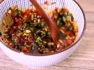 金针菇搭配上皮蛋真的一绝,不信可以试试看哦!,碗中加入蒜、香菜、剁椒、盐、糖 、生抽、醋、辣椒油,拌匀