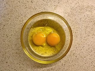 蕎菜炒雞蛋,打兩個雞蛋。