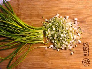 蕎菜炒雞蛋,蕎菜掐除老葉,洗凈切粒。 大概要掐掉1/4的綠色部分,下面的白色部分才是最好吃的。