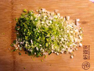 蕎菜炒雞蛋,蕎菜炒后縮水厲害,所以量可以大些。