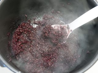 紫糯米瓷饭团,煮好后,打开锅盖拌匀散去热气。