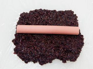 紫糯米瓷饭团,放在紫米上面