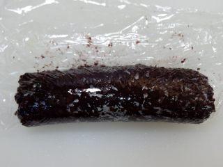 紫糯米瓷饭团,用保鲜膜协助往前推