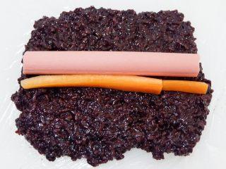 紫糯米瓷饭团,切成细条放上去