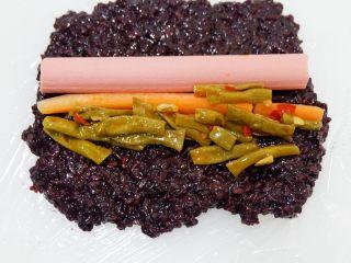 紫糯米瓷饭团,最后放入少许豇豆咸菜。