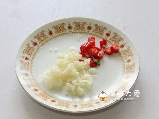 过年菜----泰式海鲜沙拉,大蒜剁碎,小米辣切圈
