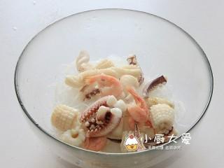 过年菜----泰式海鲜沙拉,放入焯过水的鱿鱼和北极虾