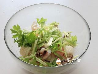 过年菜----泰式海鲜沙拉,把香芹段放入