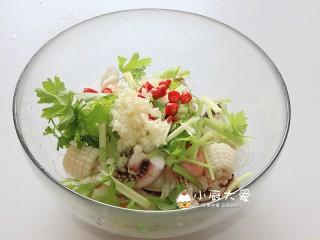 过年菜----泰式海鲜沙拉,大蒜碎和小米辣圈也放进碗里
