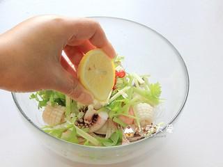 过年菜----泰式海鲜沙拉,挤上一些柠檬汁