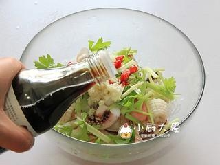 过年菜----泰式海鲜沙拉,倒入虾汁
