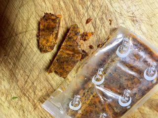麻辣火锅鲜鱼,蒸鱼的时候,炒制浇汁,火锅底料取50克