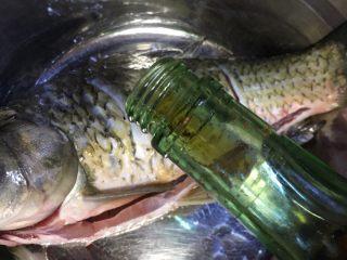 麻辣火锅鲜鱼,市场买回斩杀好的鱼,洗净后鱼身两面各切三刀,放入料酒,放入一勺盐,鱼肚里鱼身抹均匀