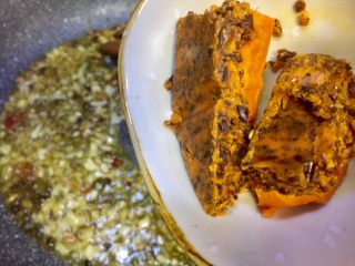 麻辣火锅鲜鱼,放入火锅底料把火锅底料炒香,炒融化