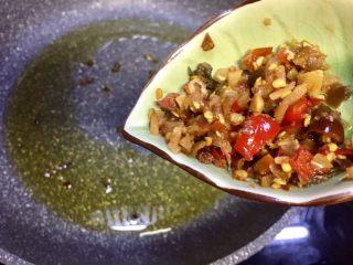 麻辣火锅鲜鱼,放入剩余的泡椒末