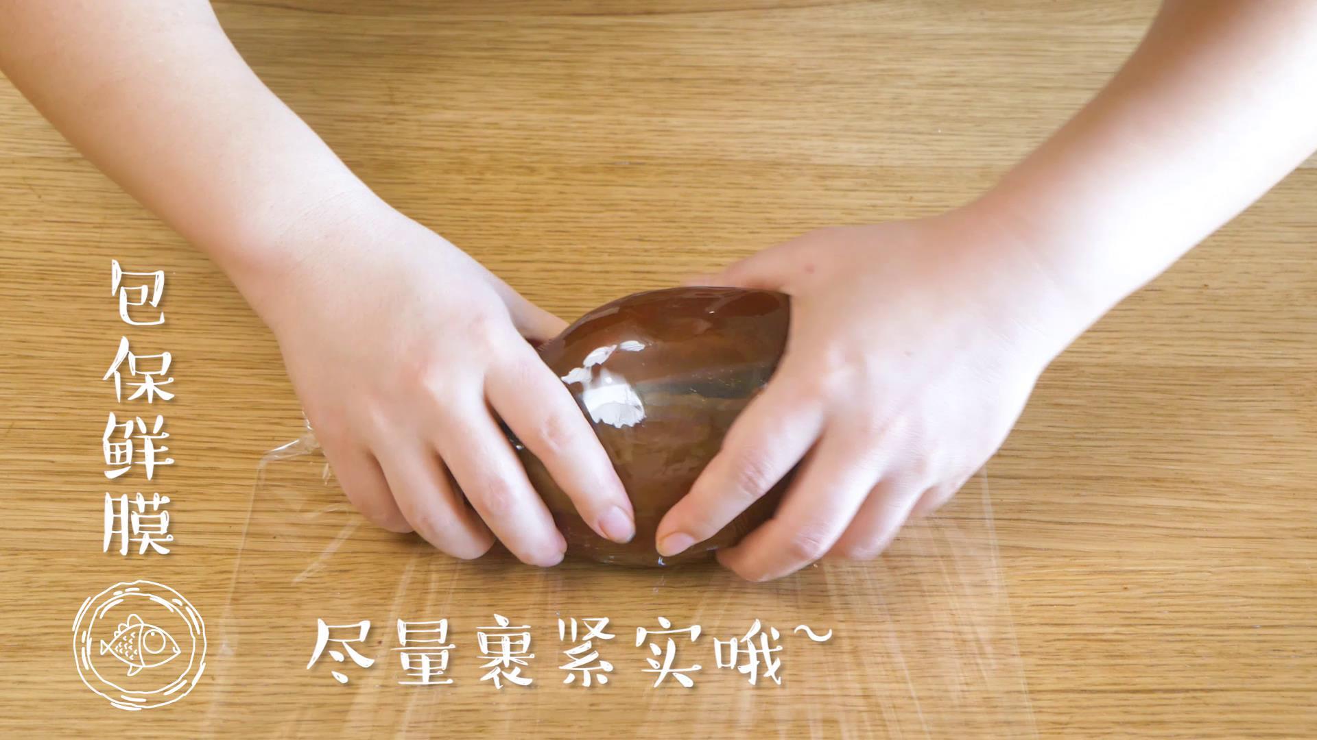 酱牛肉18m+(宝宝辅食),然后捞出晾凉,用保鲜膜包上,尽量裹紧实哈~</p> <p>Tips:如果不着急的话,可以在炖牛肉的汤里焖一宿,会更入味~