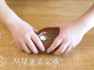 酱牛肉18m+(宝宝辅食),然后捞出晾凉,用保鲜膜包上,尽量裹紧实哈~ Tips:如果不着急的话,可以在炖牛肉的汤里焖一宿,会更入味~