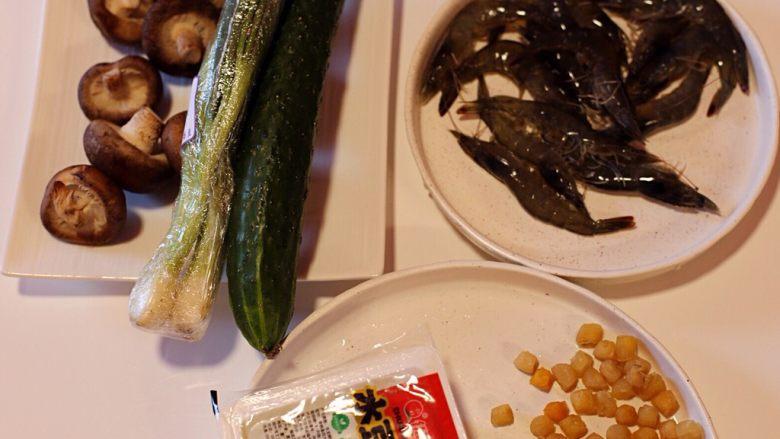 干贝豆腐烩鲜虾,备齐材料