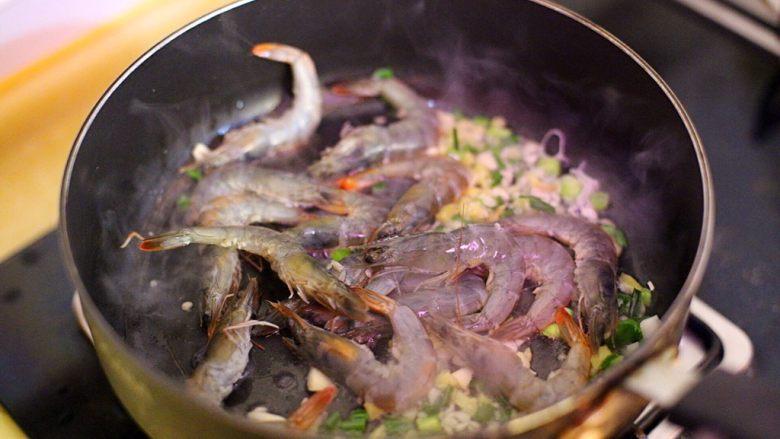 干贝豆腐烩鲜虾,倒入鲜虾翻炒至变色
