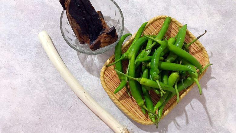 辣妹子爱吃肉(大葱辣椒炒酱肉),首先我们准备好所有食材