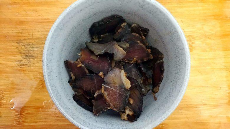 辣妹子爱吃肉(大葱辣椒炒酱肉),捞出酱肉,切成薄片,控干水分,备用