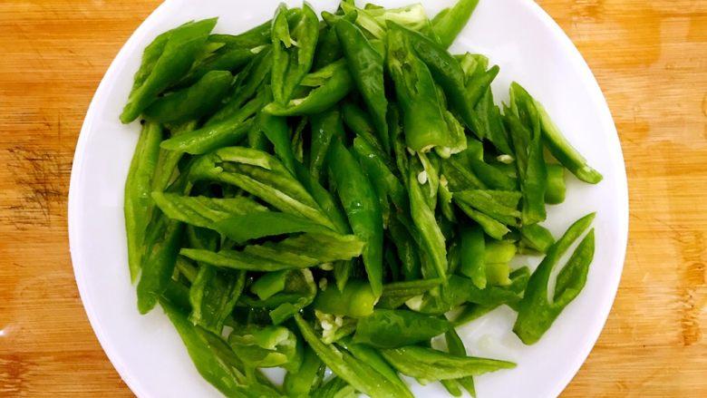 辣妹子爱吃肉(大葱辣椒炒酱肉),斜45°切段,控干水分,备用