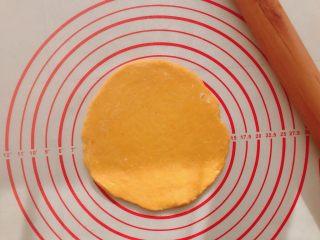 #宝宝辅食#南瓜磨牙棒 10M+,将醒好的面团压扁,用擀面杖擀成5mm厚的饼状