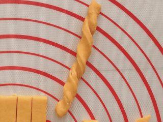 #宝宝辅食#南瓜磨牙棒 10M+,捏住两端扭一扭;